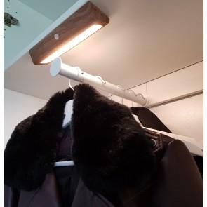 LILI-eclairage-sans-fil-autonome-rechargeable-cali-led-lithium-imitation-bois-CPM3700121-éclairé-dressing